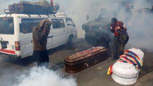 Ataúdes y gas lacrimógeno: la imagen de la represión en Bolivia