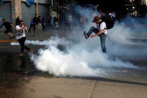 Expresidenta de la Sociedad de Enfermedades Respiratorias advierte graves daños a la salud y medio ambiente de gases lacrimógenos