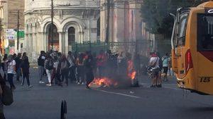 """Cosas que pasan en Chile en un día cualquiera: Cánticos contra Piñera en el estadio, """"funa"""" a presidenta UDI en aeropuerto, protestas en plazas de Santiago, Valparaíso, Puerto Montt, Antofagasta….. (vídeos)"""