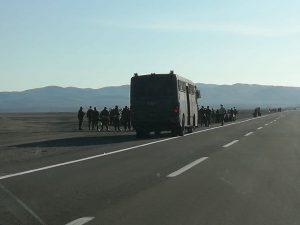 Bolivianos que iniciaron caminata rumbo a Bolivia fueron interceptados por carabineros de Chile
