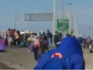 A pie por la carretera: Éxodo de bolivianos en Chile rumbo a la frontera