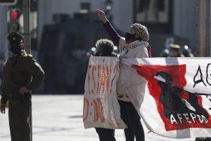 Despliegan lienzo por los DDHH en acto por el 21 de mayo en Plaza Sotomayor del puerto (fotos)