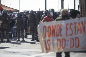 Noticias 21 de Mayo, activistas por los ddhh despliegan lienzo en la conmemoración de la Armada en Valparaíso…..escuche Radio El Rodriguista
